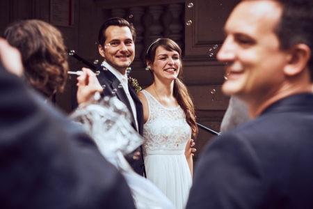 Brautpaar läuft durch Freunde und Familie