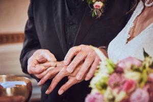 Brautpaar wechselt Ringe