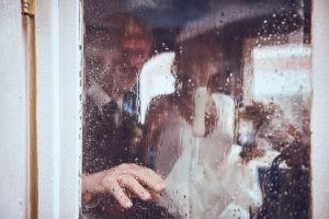 Regentropfen auf Fenster der Kutsche