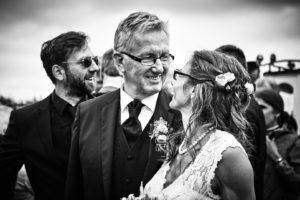 Brautpaar schaut verliebt