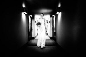Braut schreitet Flur hinab