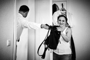 Nicht gucken, Bräutigam reicht Braut Tasche