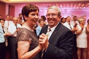 Glückliche Eltern des Bräutigams