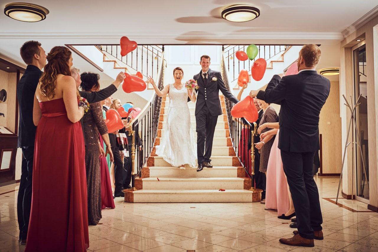 Jubelnde Gäste begrüßen Brautpaar