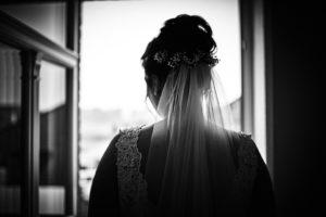 Braut schaut aus Fenster
