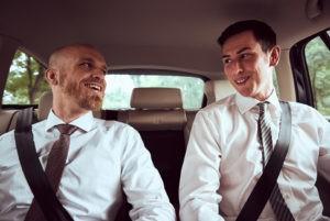 Der Bräutigam zusammen mit einem Trauzeugen auf dem Weg zum Standesamt