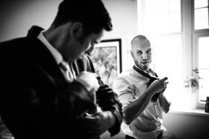 Bräutigam und Trauzeuge bei letzten Handgriffen