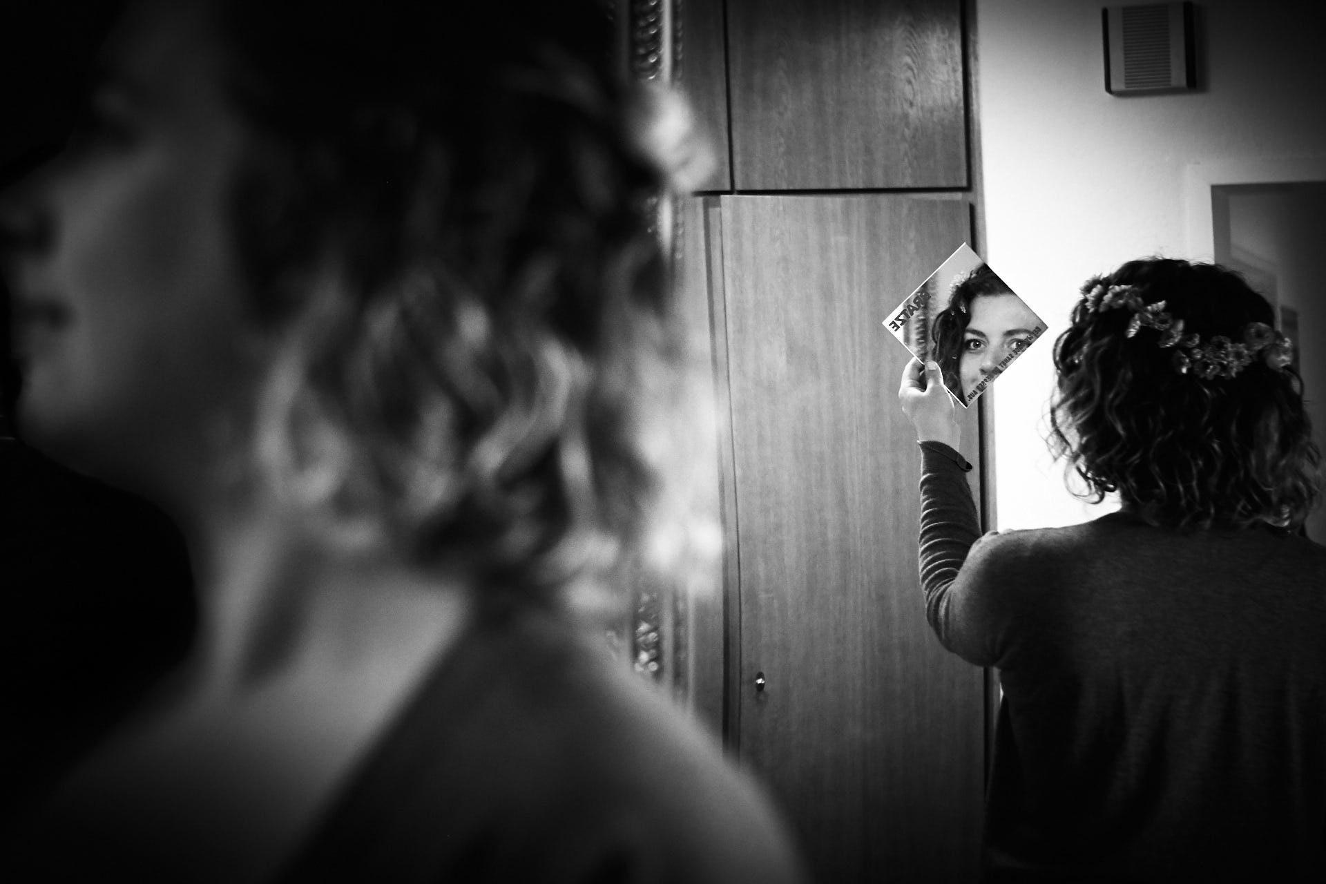 Braut betrachtet sich in einem Spiegel
