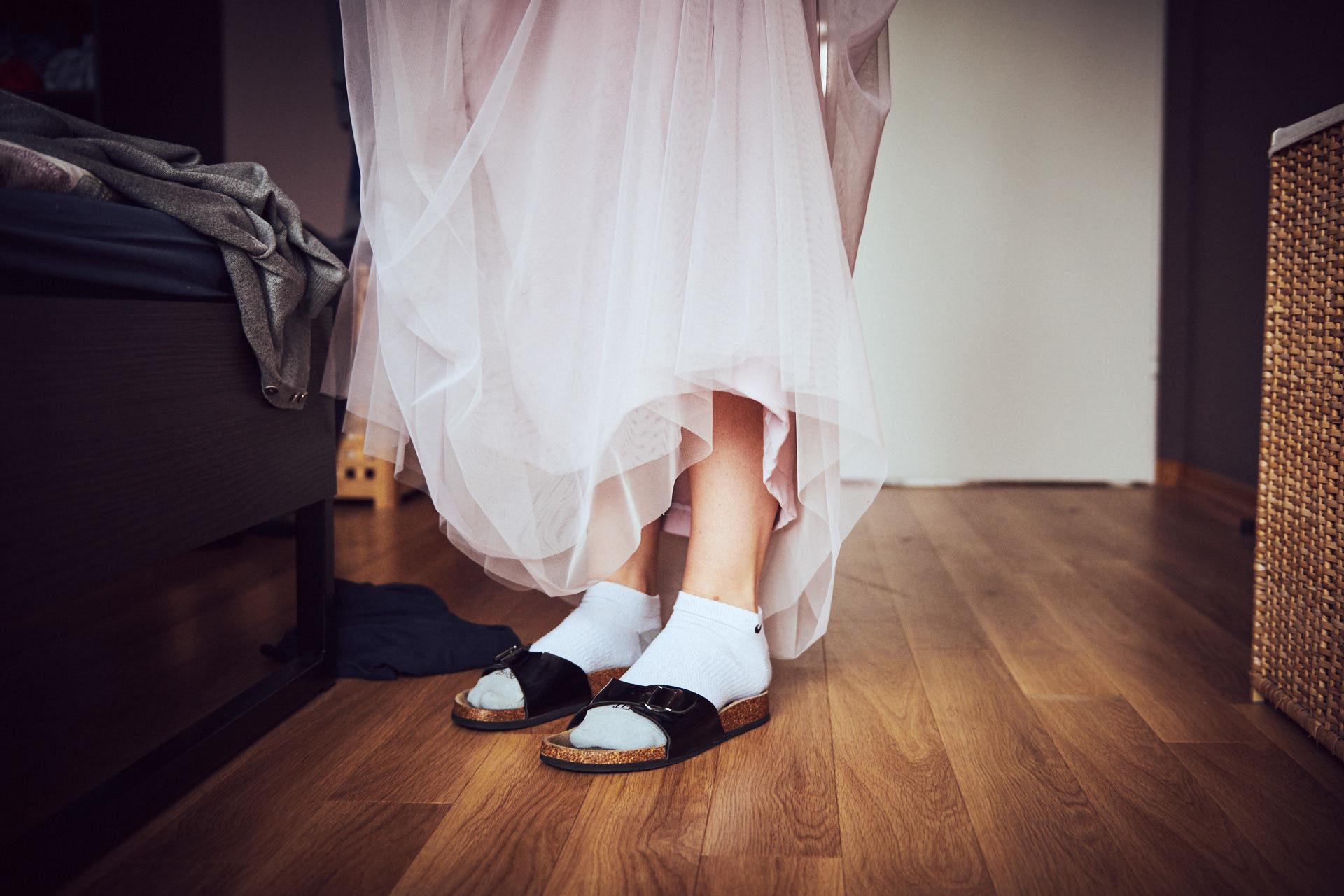 Brautkleid und Sandalen