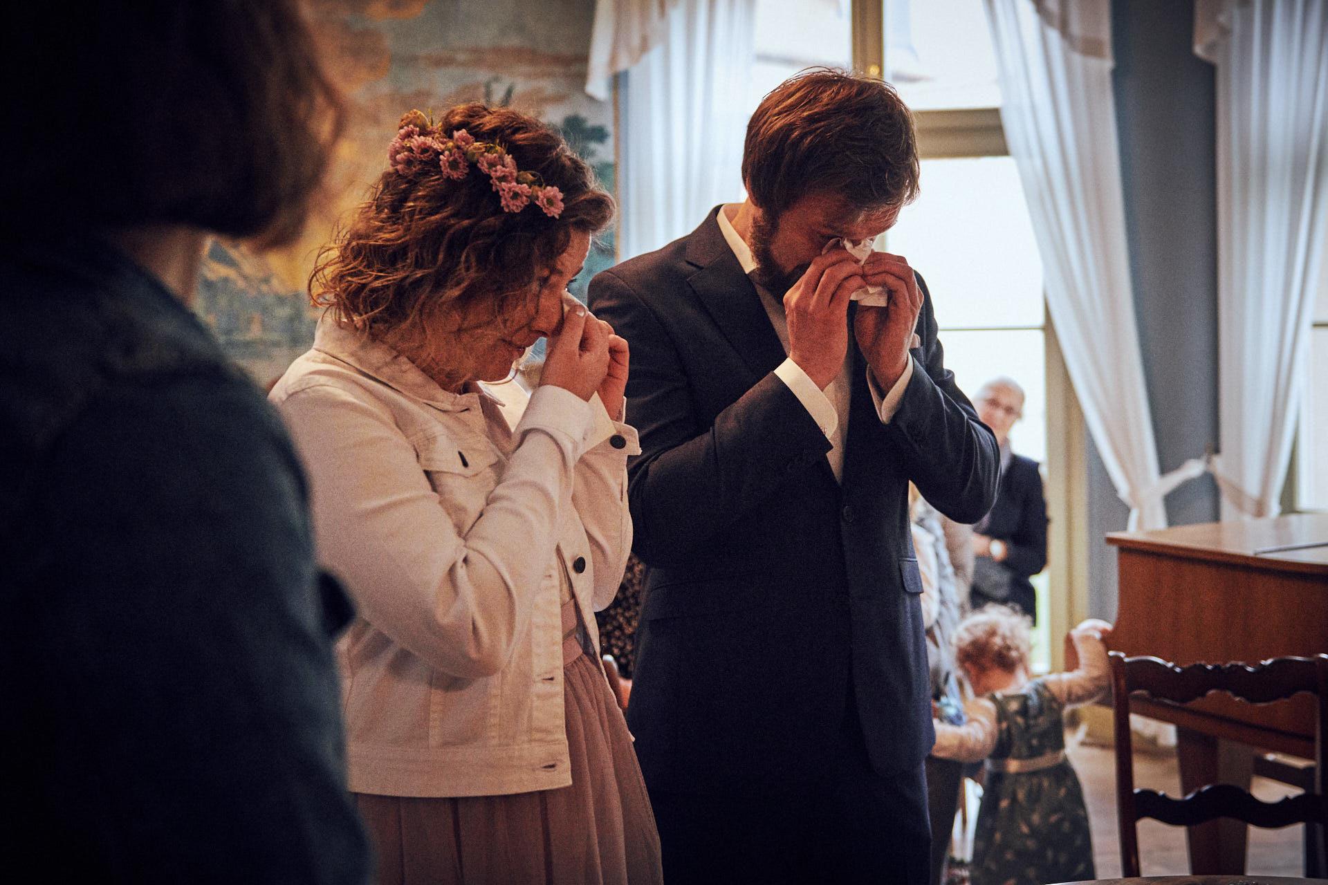 Emotionales Brautpaar weint