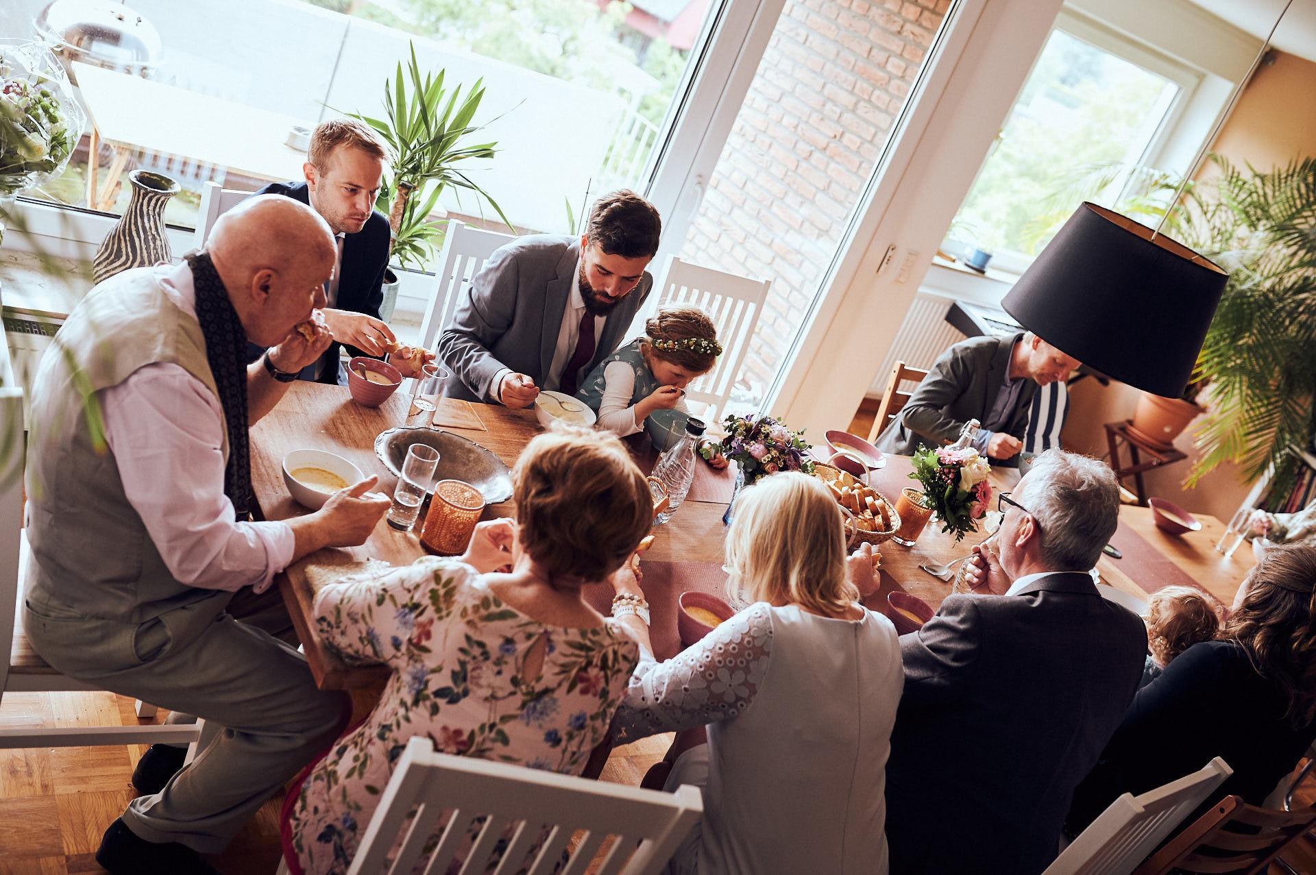 Alle Verwandten essen an einem Tisch