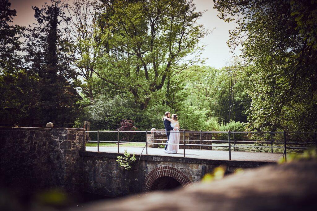 Brautpaarshooting auf Brücke