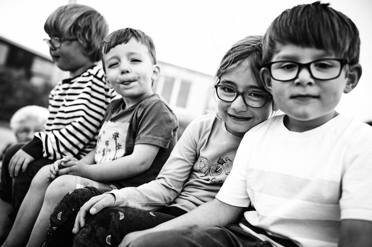 Kinder sitzen zusammen
